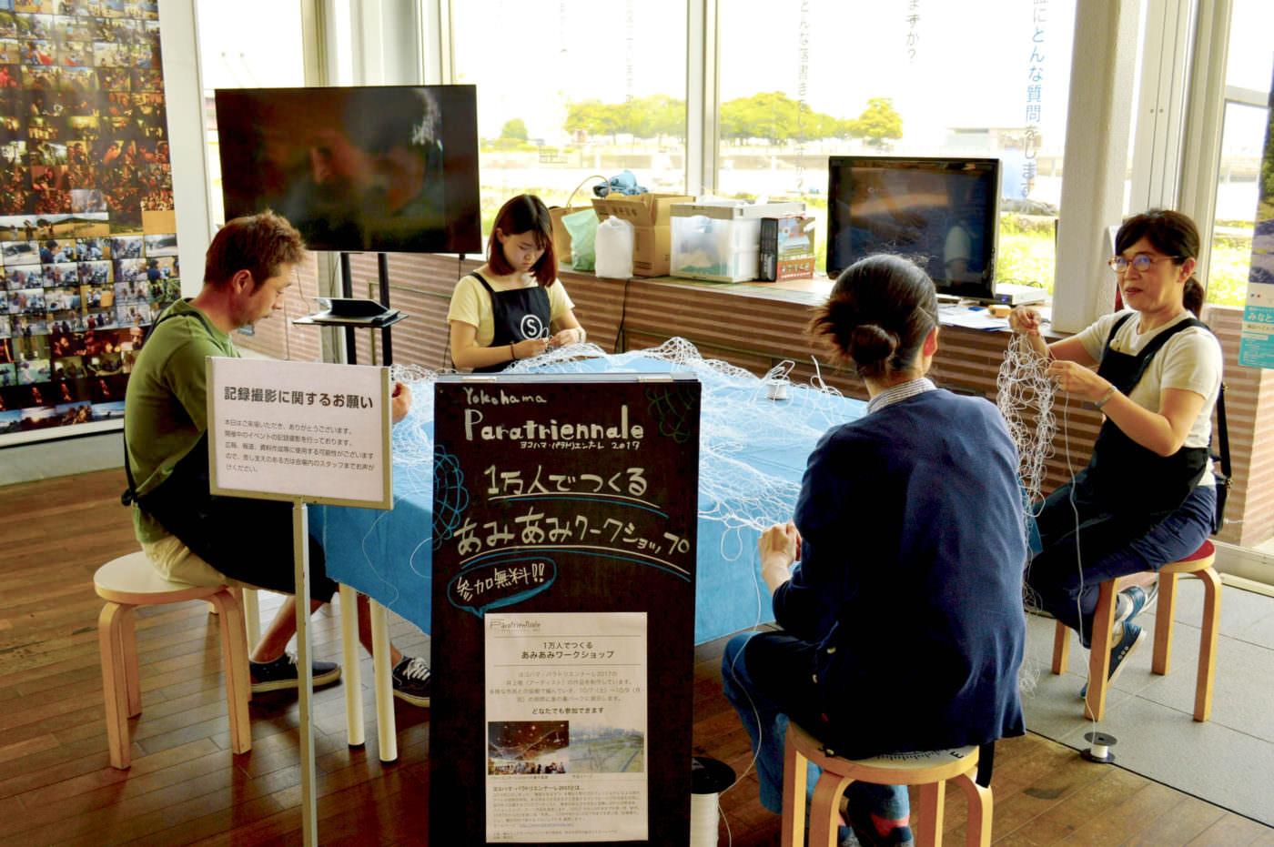 ヨコハマ・パラトリエンナーレ 2017でアーティスト井上唯さんのプロジェクトを手伝う宣子さん